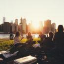 Groupe d'amis dans un parc