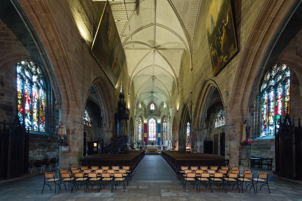 Nef de la basilique Notre Dame de Paradis Hennebont,