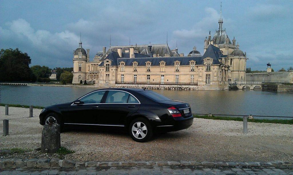 Limousine devant chateau