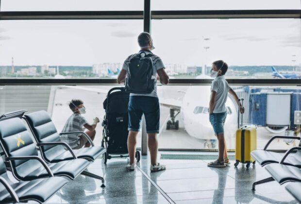 pere et fils à l'aeroport