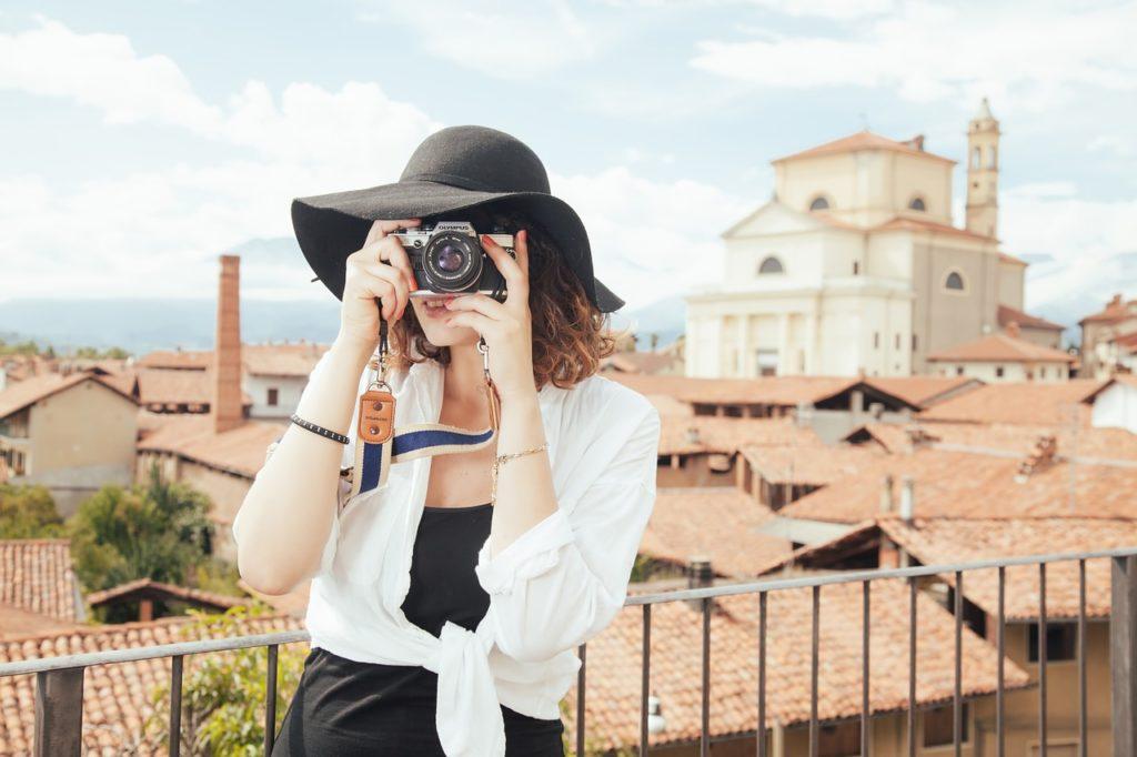 femme prenant photo de voyage